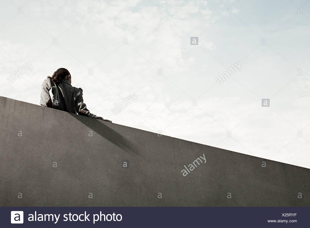 Geschäftsfrau durch Wand, Rückansicht, niedrigen Winkel Stockbild