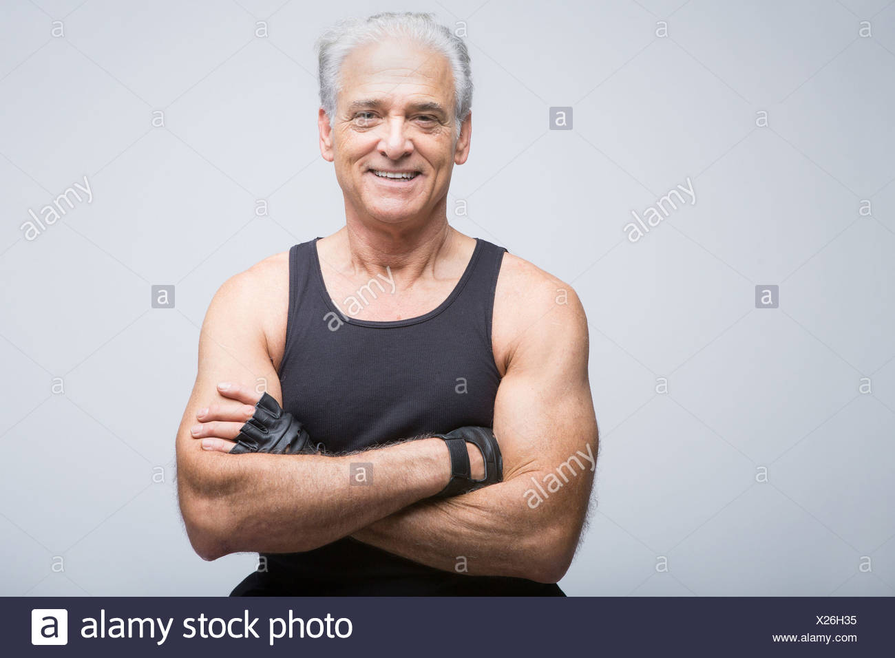 Senior woman in Sportbekleidung mit Arme gekreuzt, Porträt Stockbild