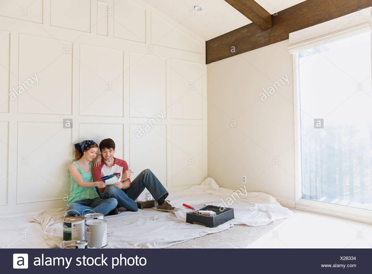 Junges Paar, die Auswahl der Farbenfarben zu Hause Stockbild