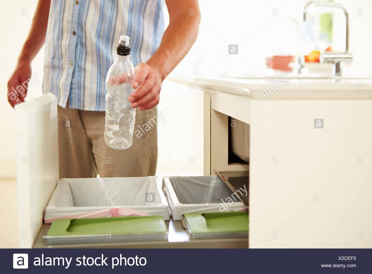 Nahaufnahme des Mannes Recycling Küchenabfälle In Papierkorb Stockbild