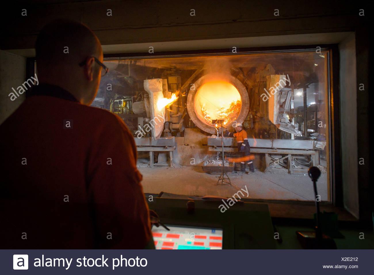 Überwachung der Ofen bei Aluminium-recycling-Anlage Stockbild