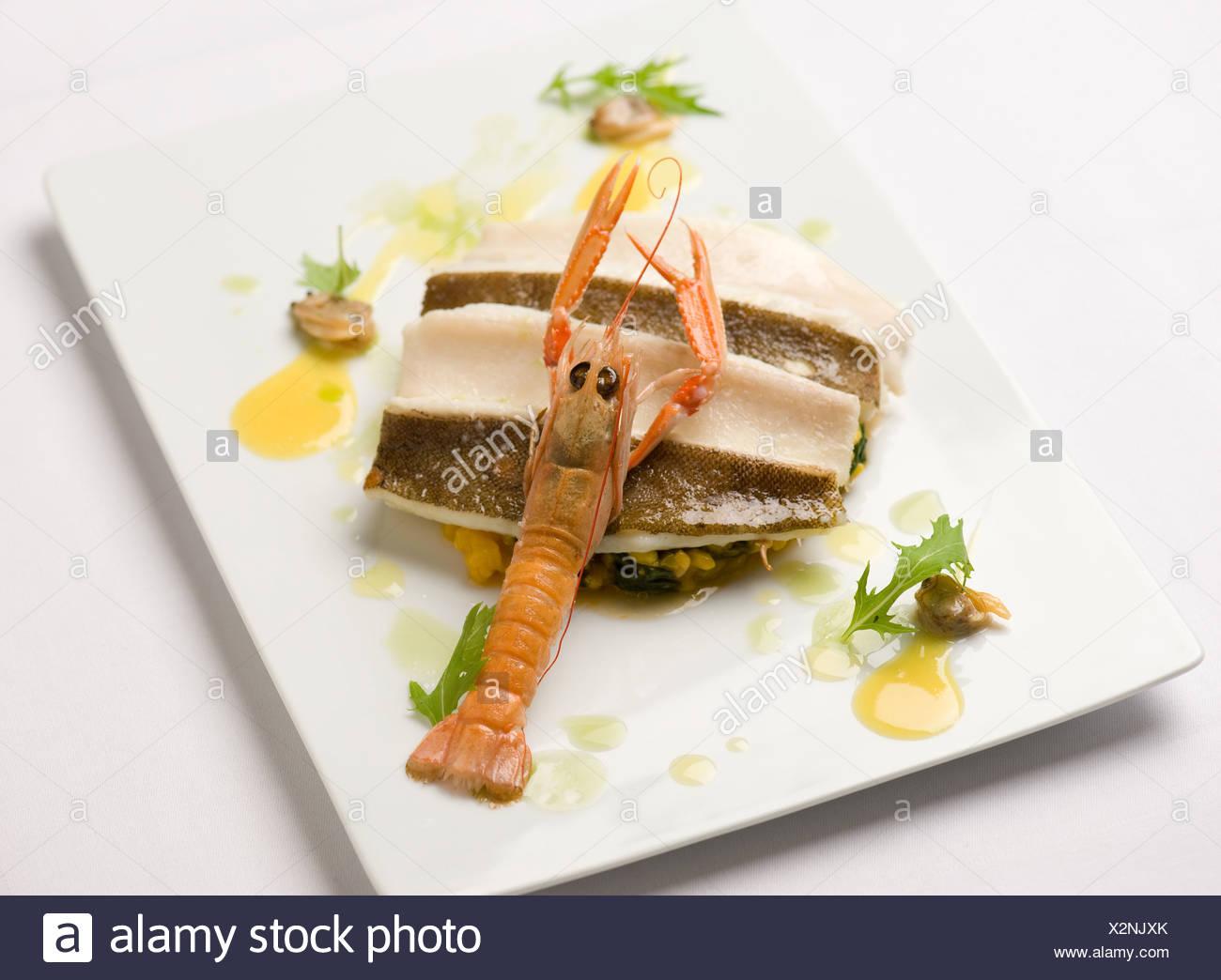 Sohle, Krebse und Muscheln auf einer Platte Stockbild
