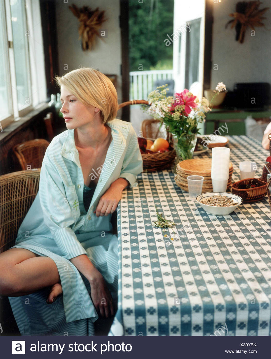 blonde female wearing white bra stockfotos blonde female. Black Bedroom Furniture Sets. Home Design Ideas
