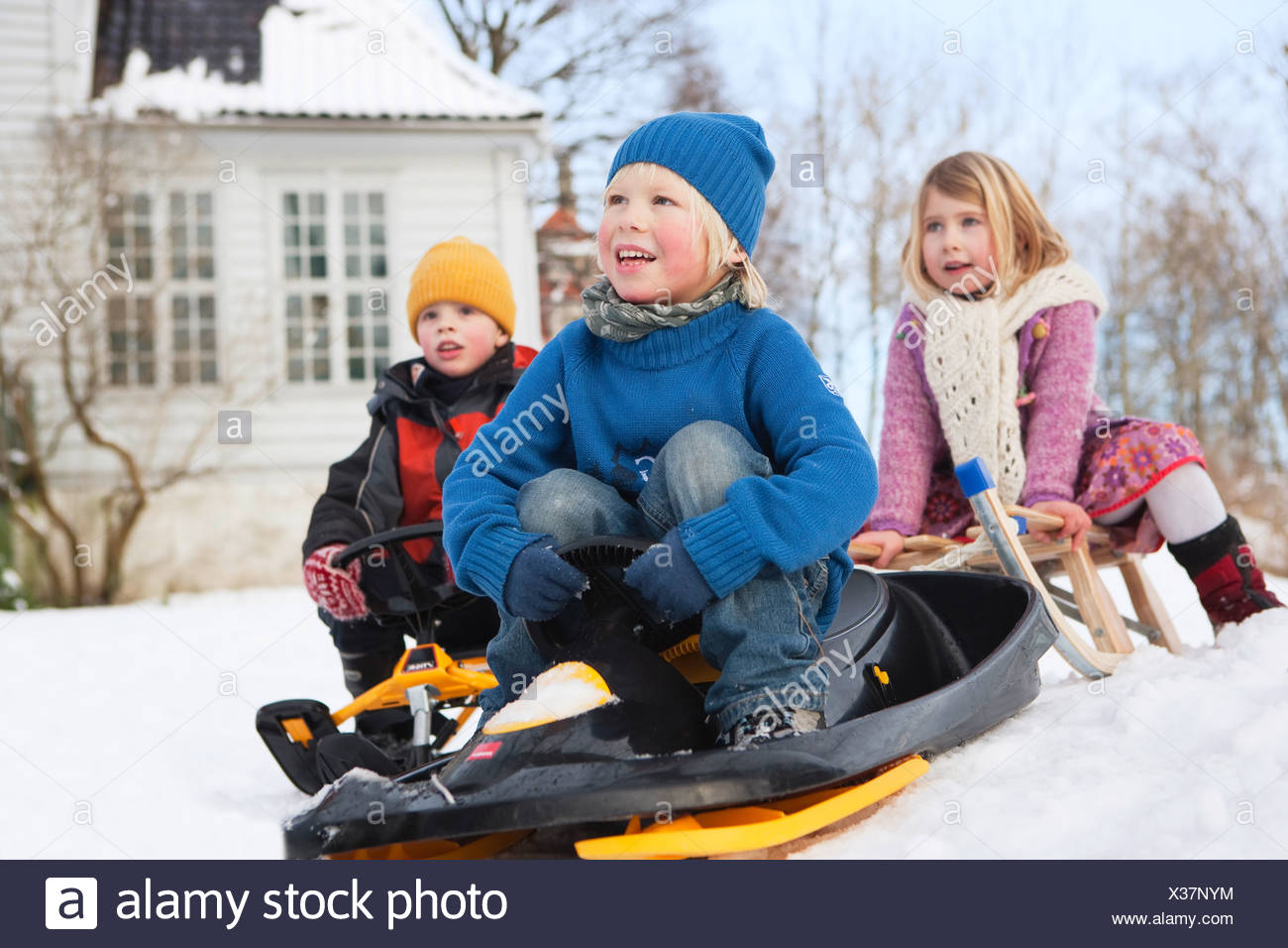 Skandinavische Kinder auf Schlitten Stockbild