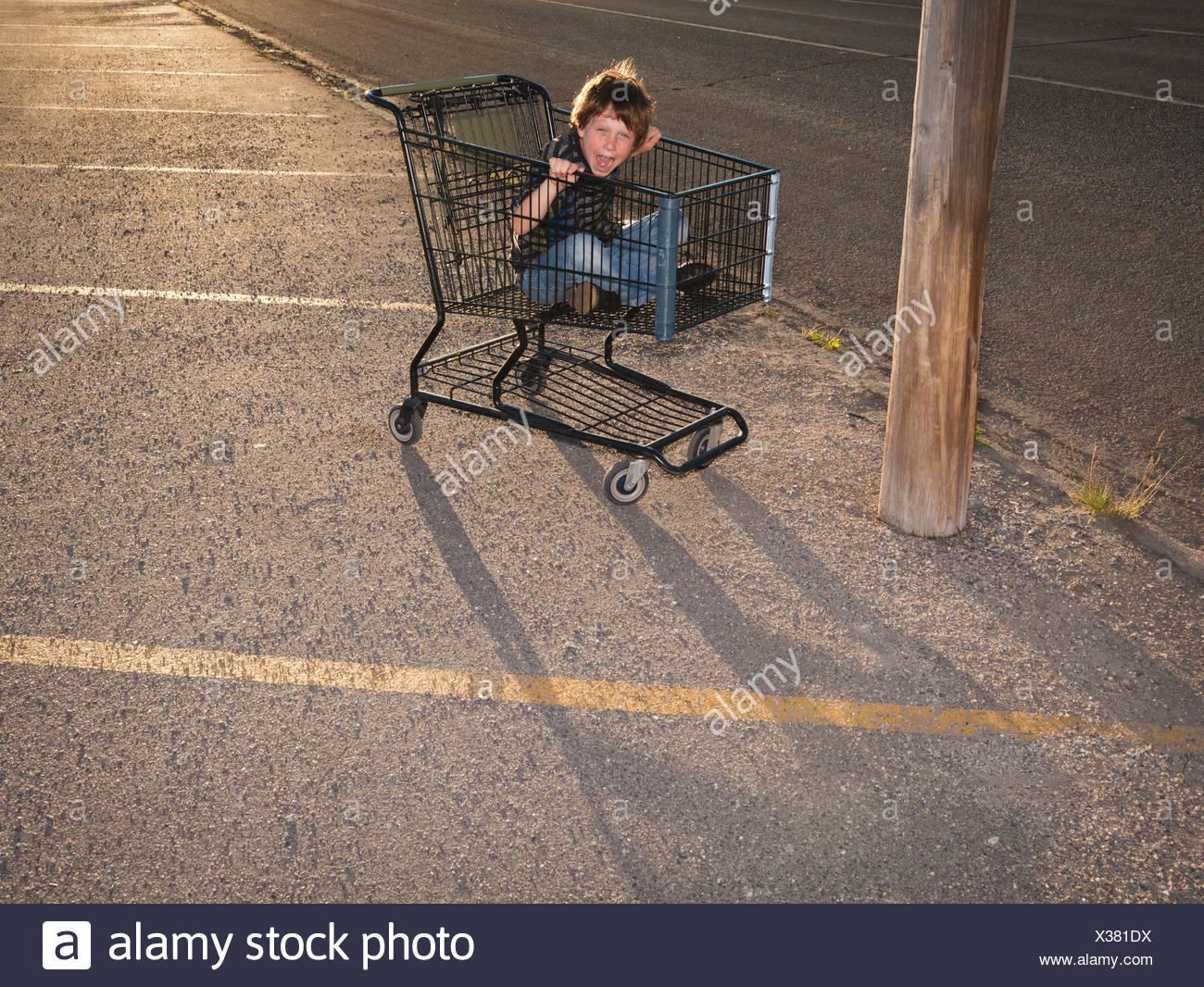 Junge mit Warenkorb als Vehikel Stockbild