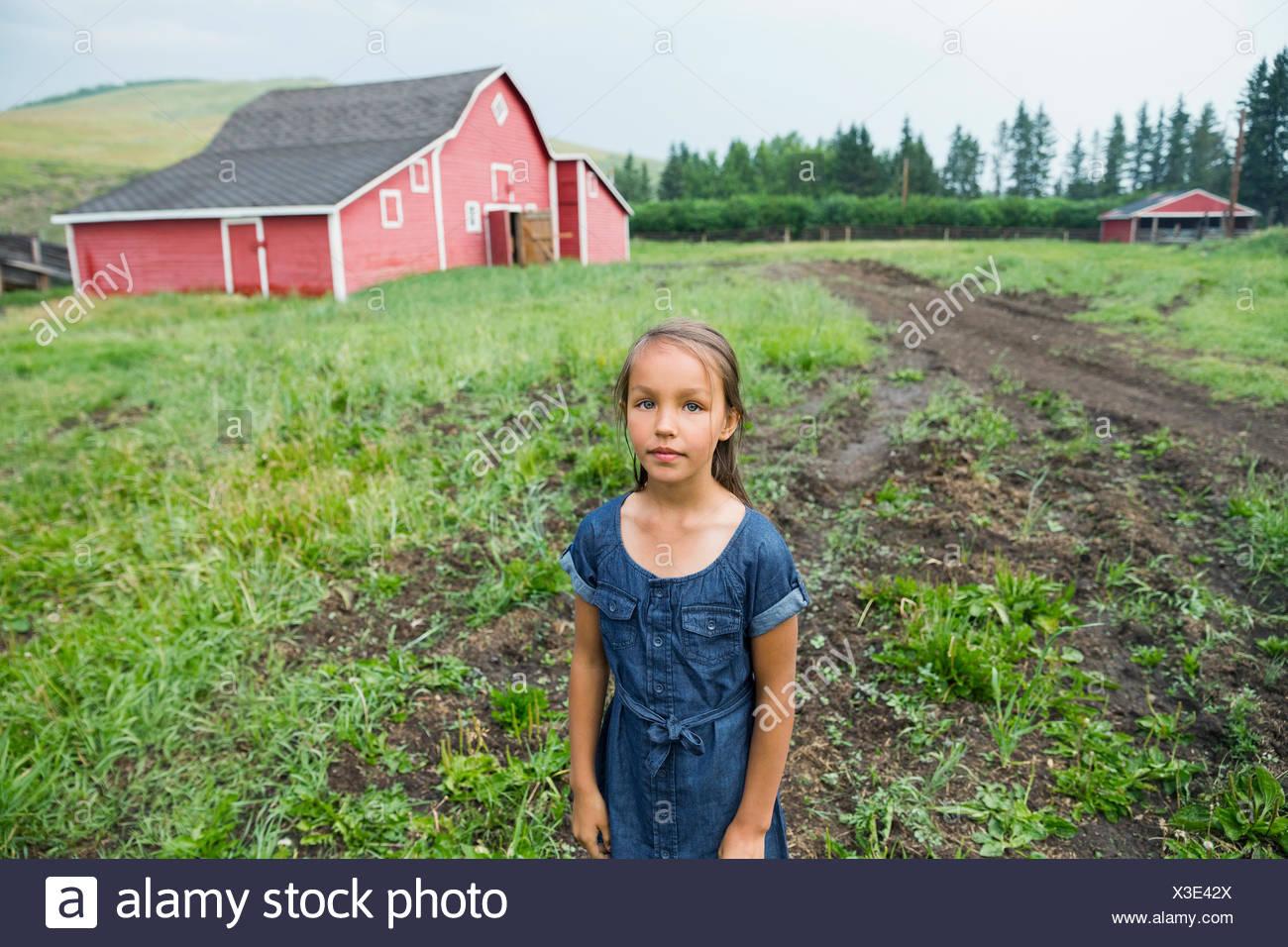 Porträt eines Mädchens im ländlichen Weide außerhalb Scheune Stockbild