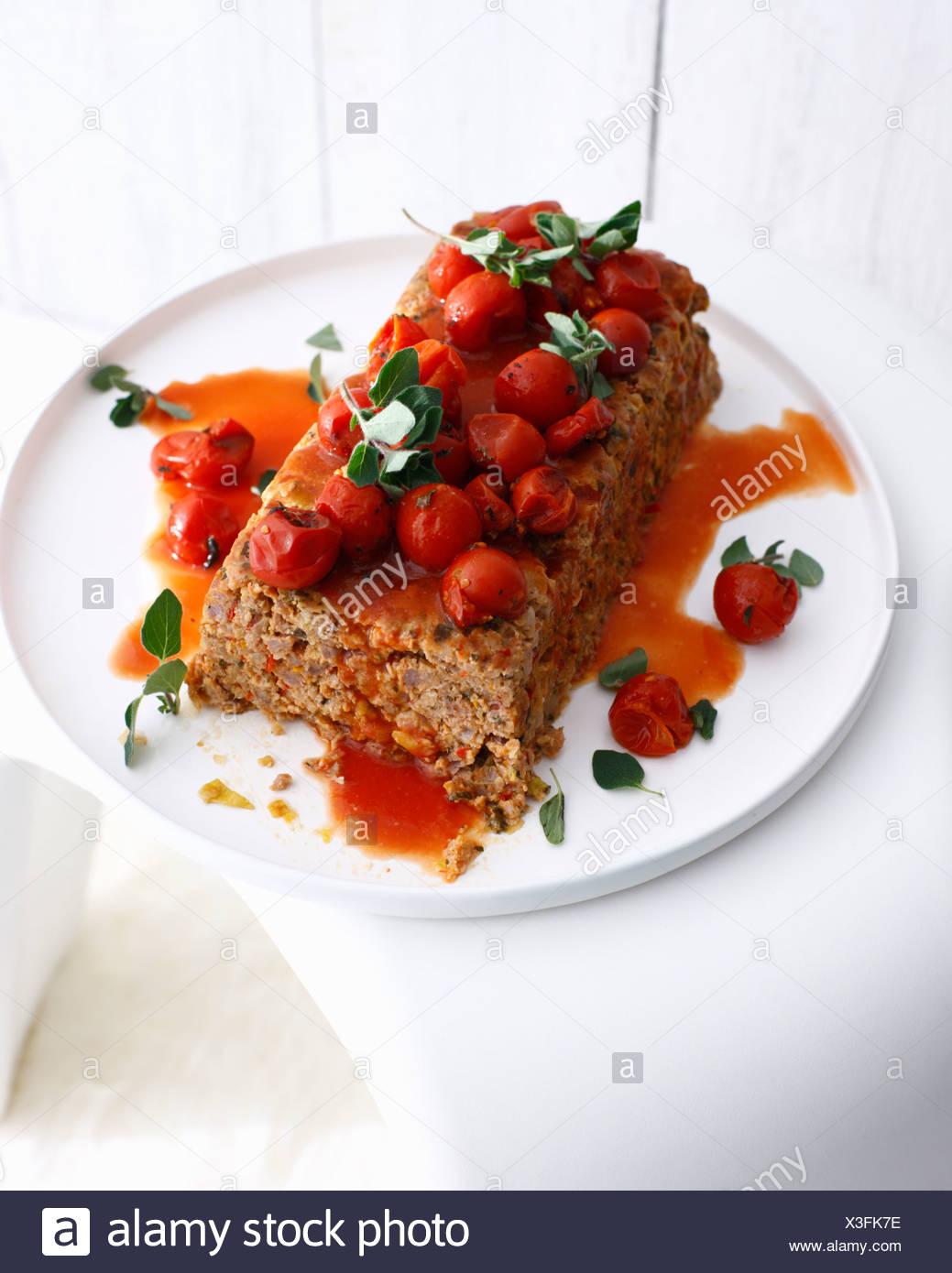 Teller mit Hackbraten mit Tomaten Stockbild