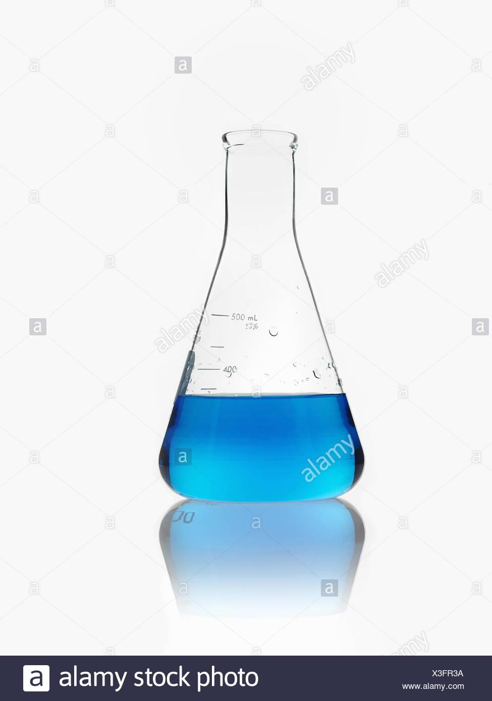 Eine konische wissenschaftliche Glaswaren Flasche teilweise mit blauer Flüssigkeit gefüllt. Stockbild