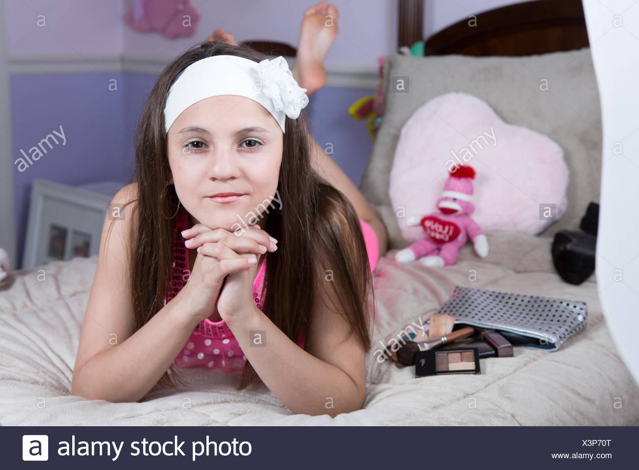 Porträt eines Mädchens auf ihrem Bett liegend mit make-up Stockbild
