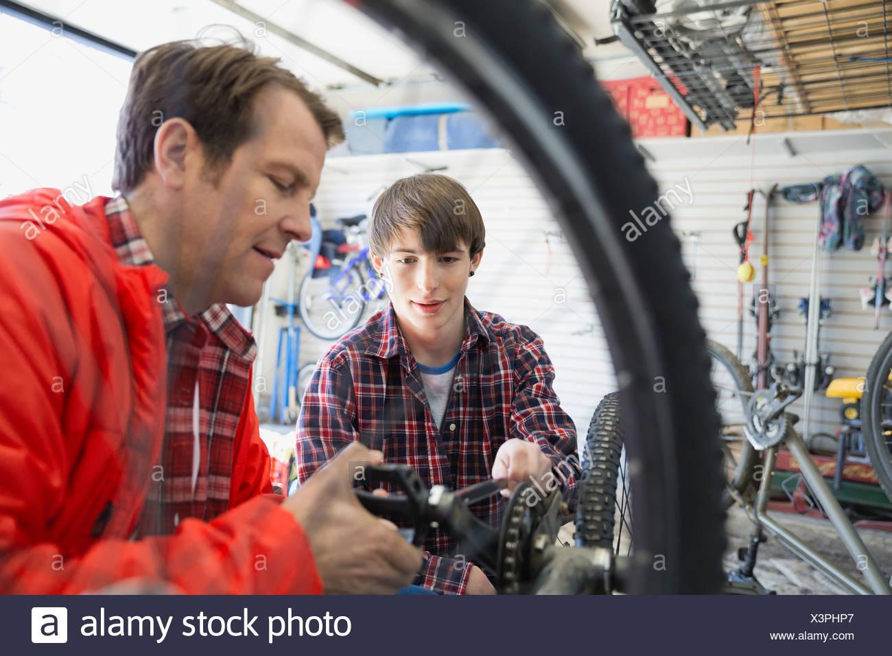 Vater und Sohn Reparatur Fahrrad in garage Stockbild