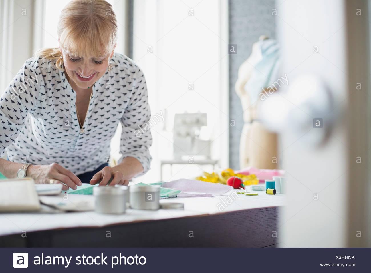 Schneiderin arbeiten mit Muster Stockbild