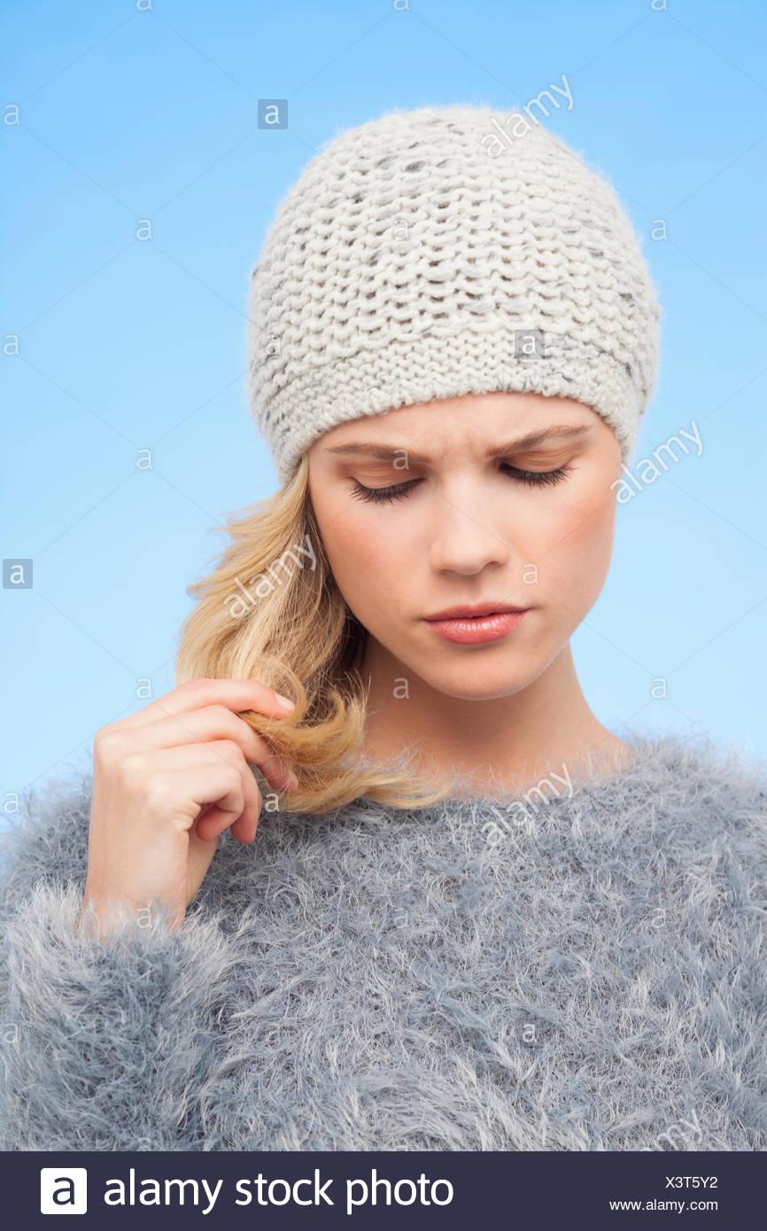 Schöne Frau, ihr Haar zu berühren Stockbild