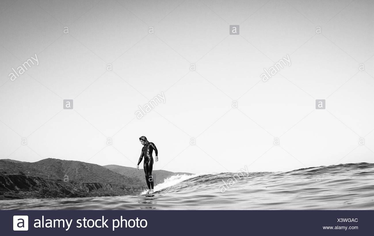 USA, California, Los Angeles County, Malibu, Surfer auf dem Wasser gleiten Stockbild