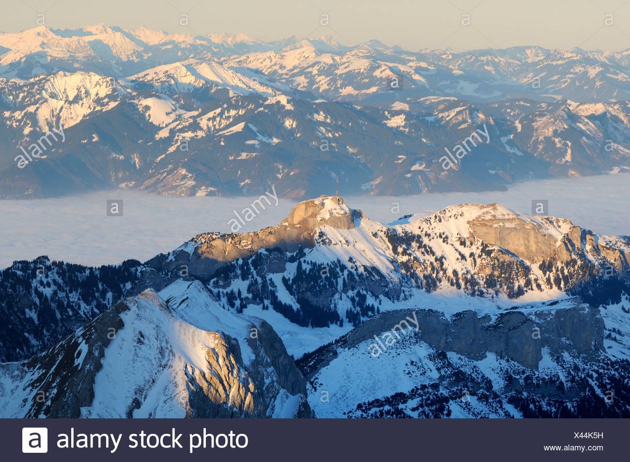 Mt Altmann und Mt Hoher Kasten im letzten Tageslicht, dazwischen die nebligen Rheintal Tal, Kanton Appenzell Innerrhoden, Switz Stockbild