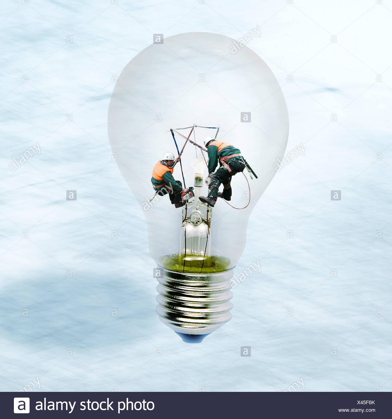 Linemen arbeiten im Inneren klar Glühbirne Stockbild