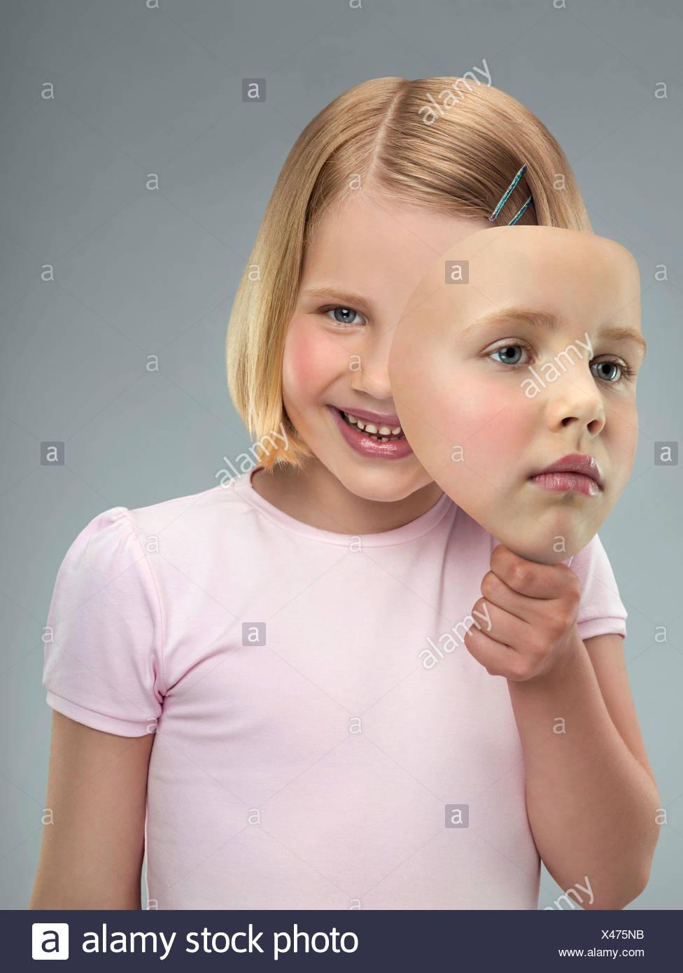 Porträt eines jungen Mädchens mit einer Maske, Studio gedreht Stockbild