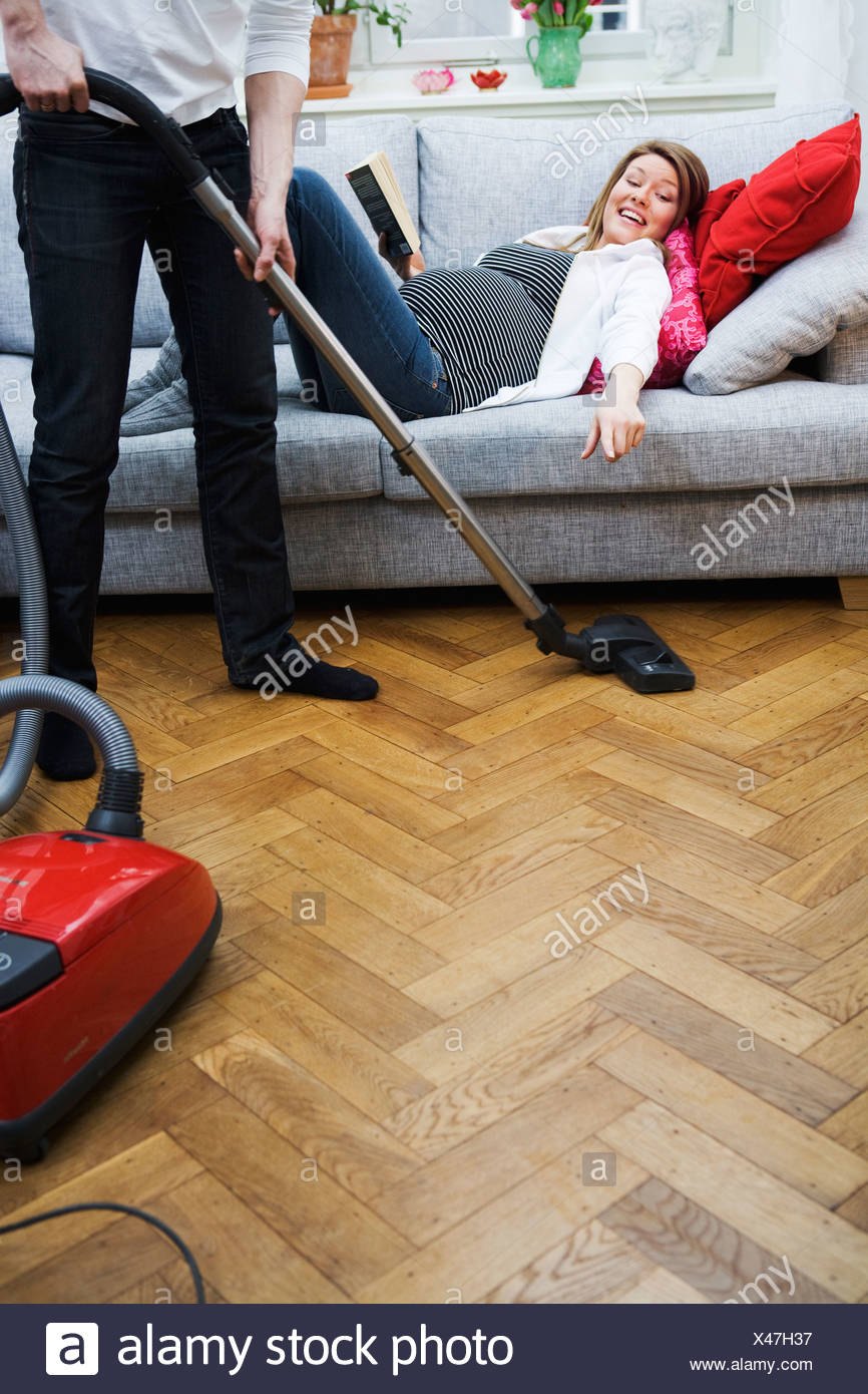 people vacuuming young stockfotos people vacuuming young bilder seite 2 alamy. Black Bedroom Furniture Sets. Home Design Ideas