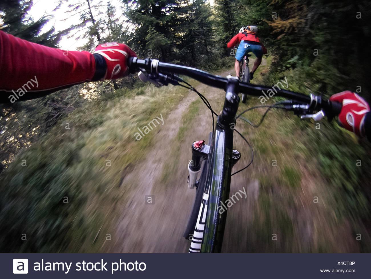 Österreich, Salzburg, Schuss von Mountainbiker, die Jagd nach anderen Stockbild