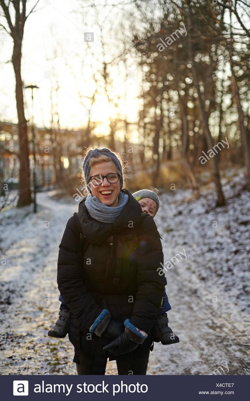 Schweden, Stockholm, sodermanland johanneshov, hammarbyhojden, lachen Mitte der erwachsenen Frau mit Sohn (2-3) Stockbild
