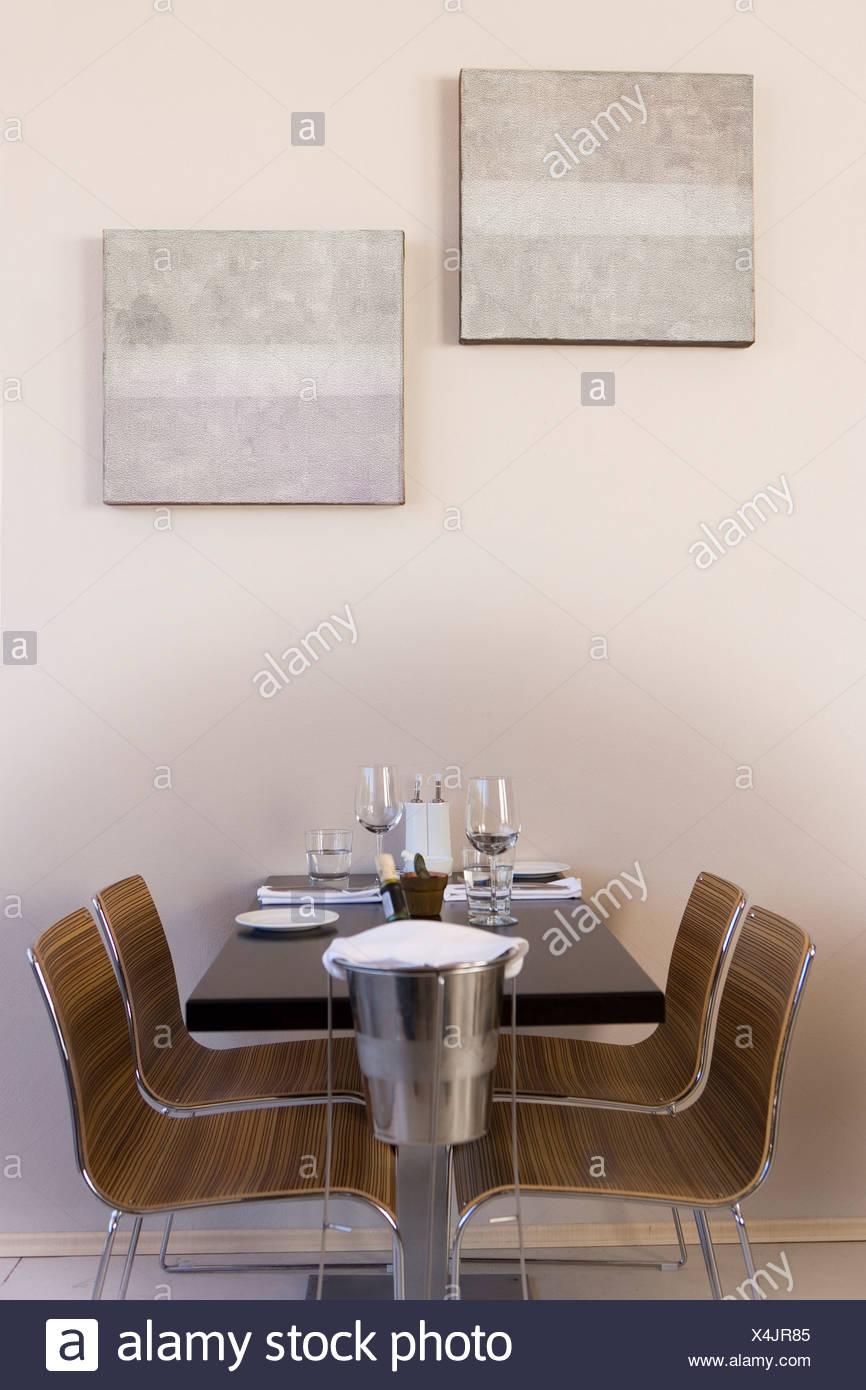 Eiskübel neben Maßgedecke am Restauranttisch, Seitenansicht Stockbild