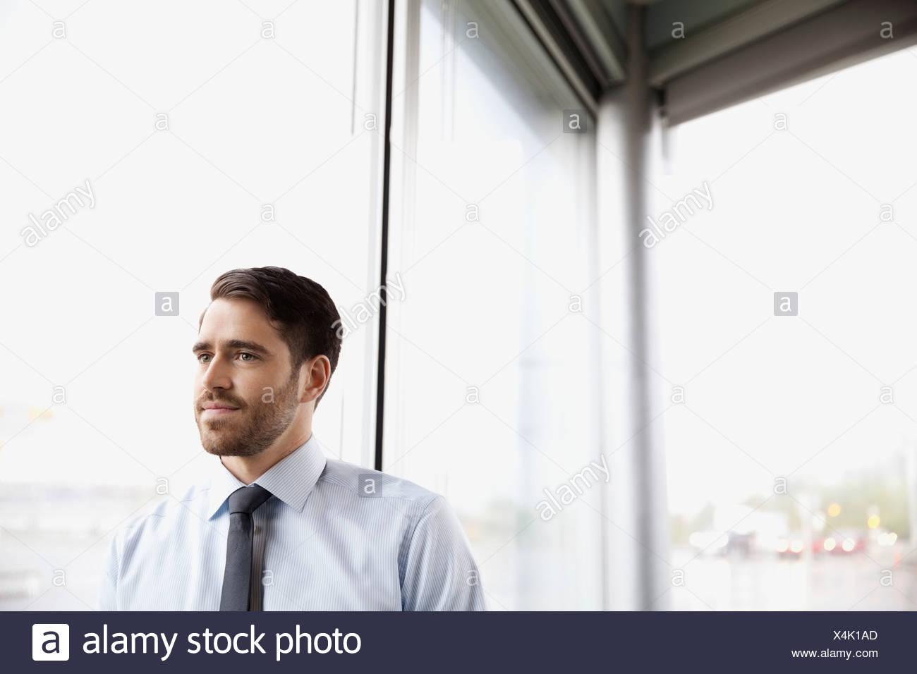 Nachdenklich Geschäftsmann Fenster stand Stockbild