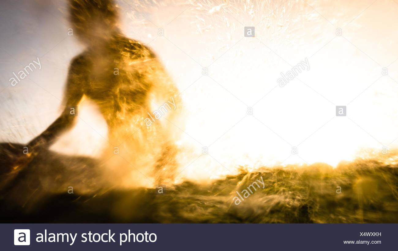 USA, California, Los Angeles County, Malibu, Silhouette des Surfers Stockbild