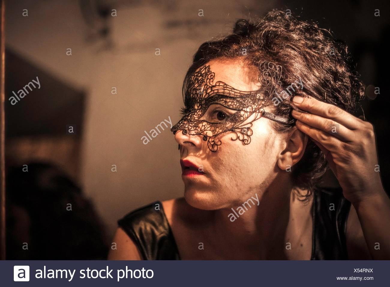 Bild der jungen Frau, die Vorbereitung für die Aufnahme Stockbild