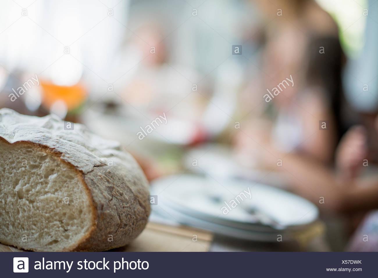 Ein Familientreffen für eine Mahlzeit. Erwachsene und Kinder an einem Tisch. Stockbild
