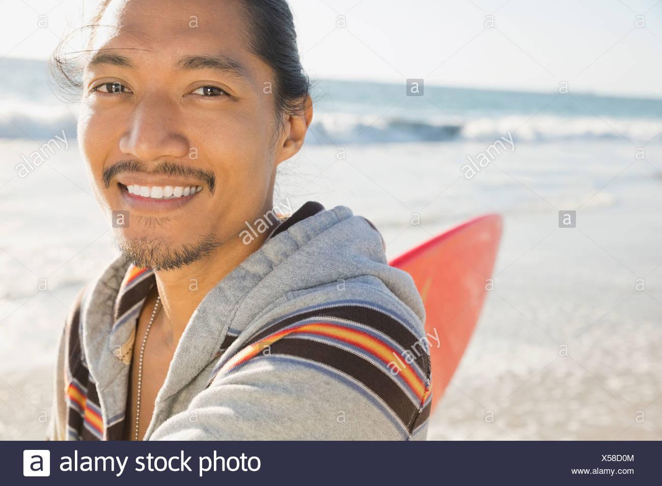 Porträt von männlichen Surfer am Strand Stockbild