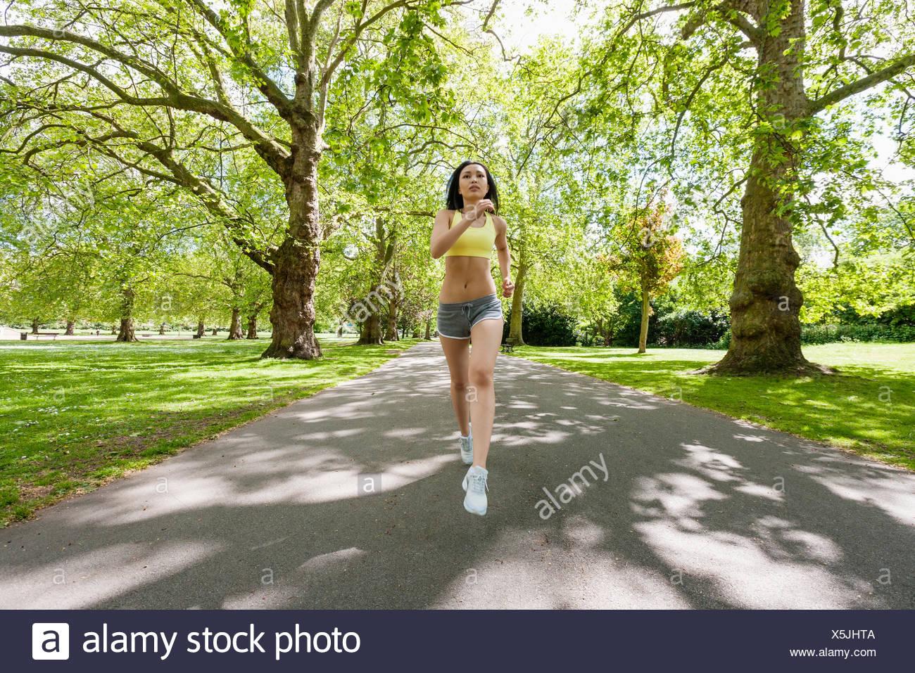 Voller Länge des ermittelten passen Frau Joggen im park Stockbild