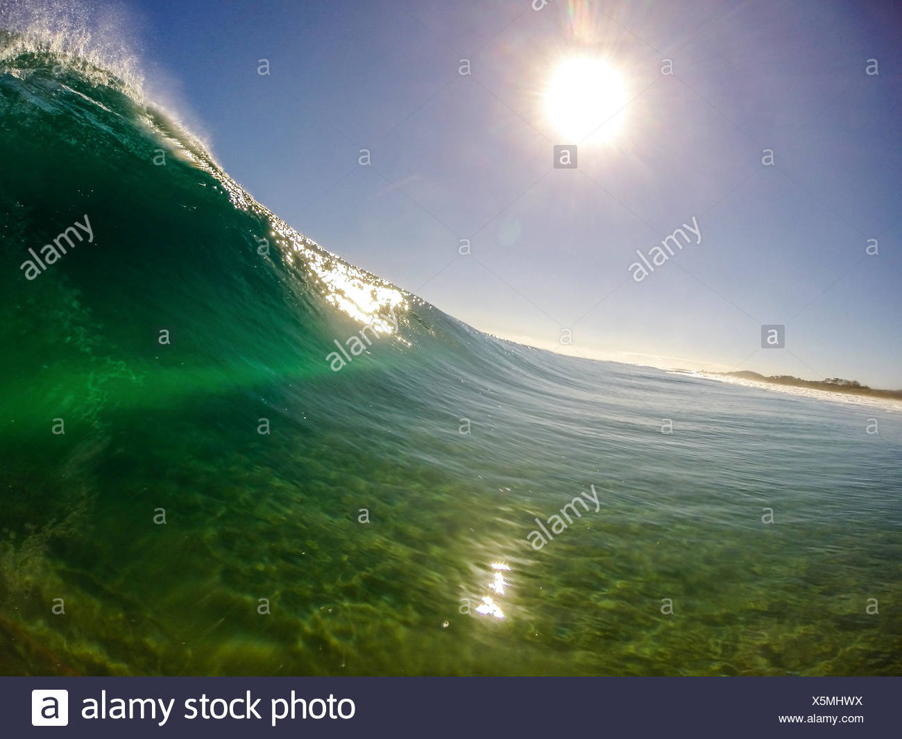 Australien, New South Wales, Welle am schwarzen Felsen Strand Stockbild