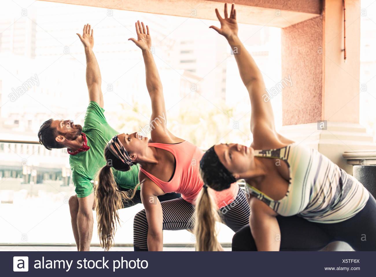 Gruppe junger Erwachsener, die Yoga machen Stockbild