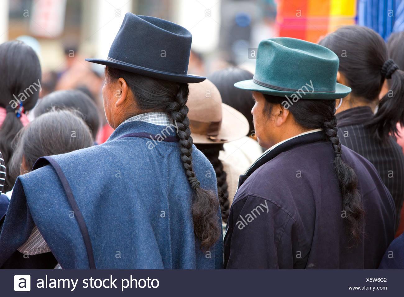 Ecuador, Provinz Cotopaxi, Pujilí, Markt, Männer, Südamerika, Cotopaxi, einheimische, Menschen, Einkaufen, Handel, verkaufen, traditionell, kaufen, Markt, Tag, Händler, Kunden, hüten, Zöpfen, Rückansicht, südamerikanischen Indianer, Stockbild