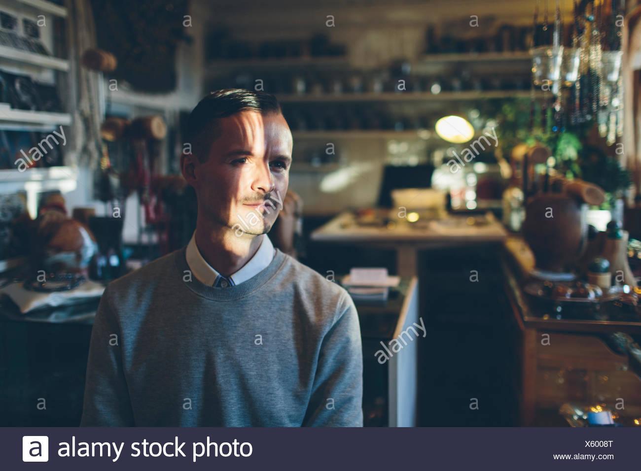 Ein Juwelier in seinem Geschäft Stockbild