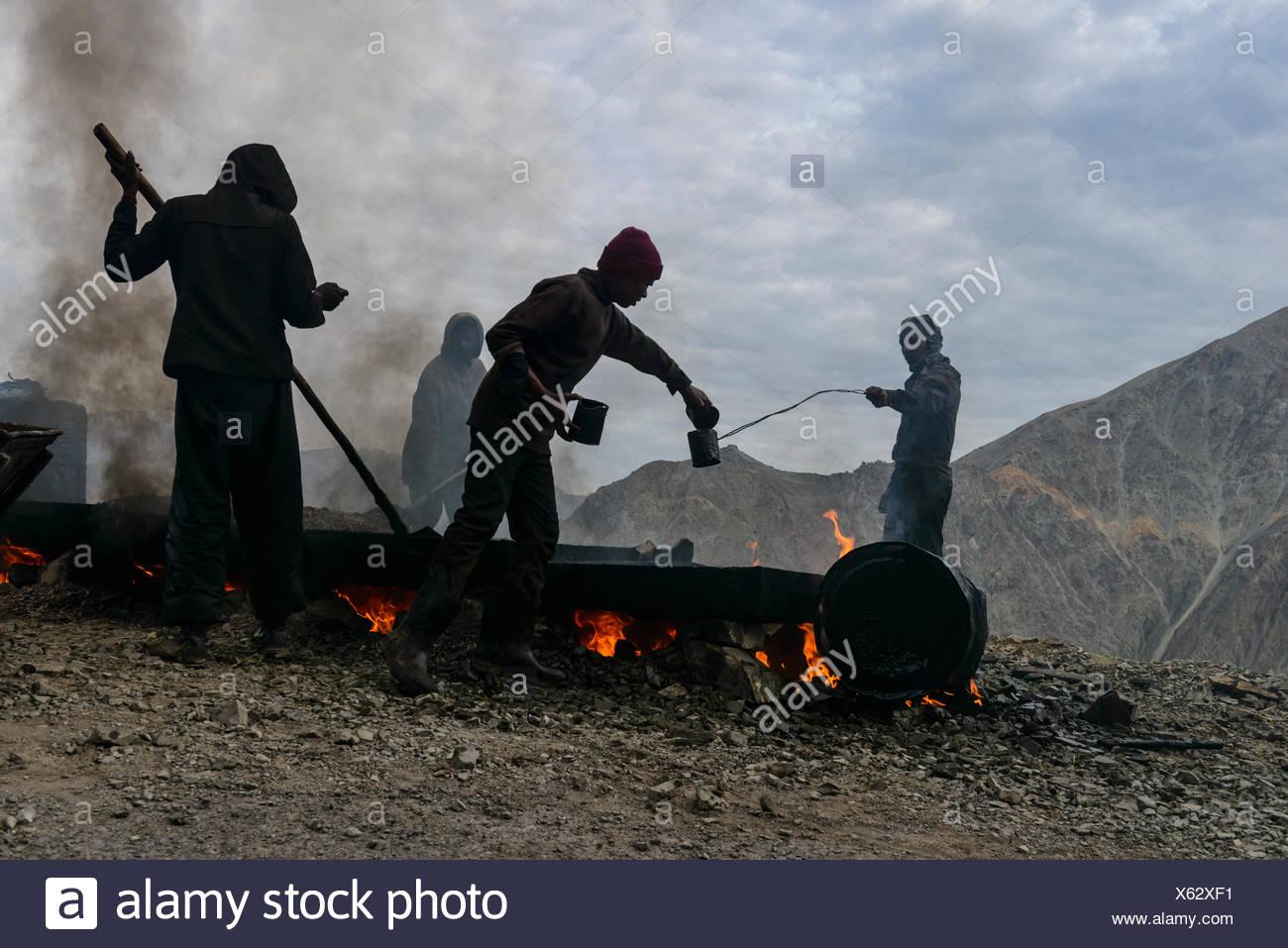 Straßenbauarbeiten, getan unter sehr ungesunden Bedingungen für die Arbeiter, Gästehaus, Ladakh, Jammu und Kaschmir, Indien Stockbild