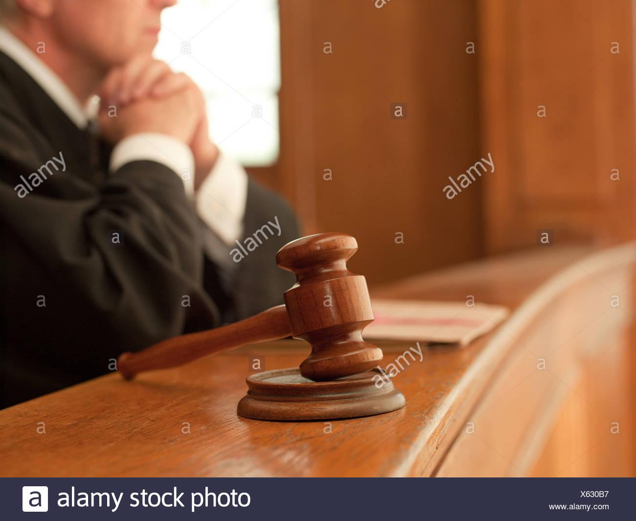 Richter und Hammer im Gerichtssaal Stockbild
