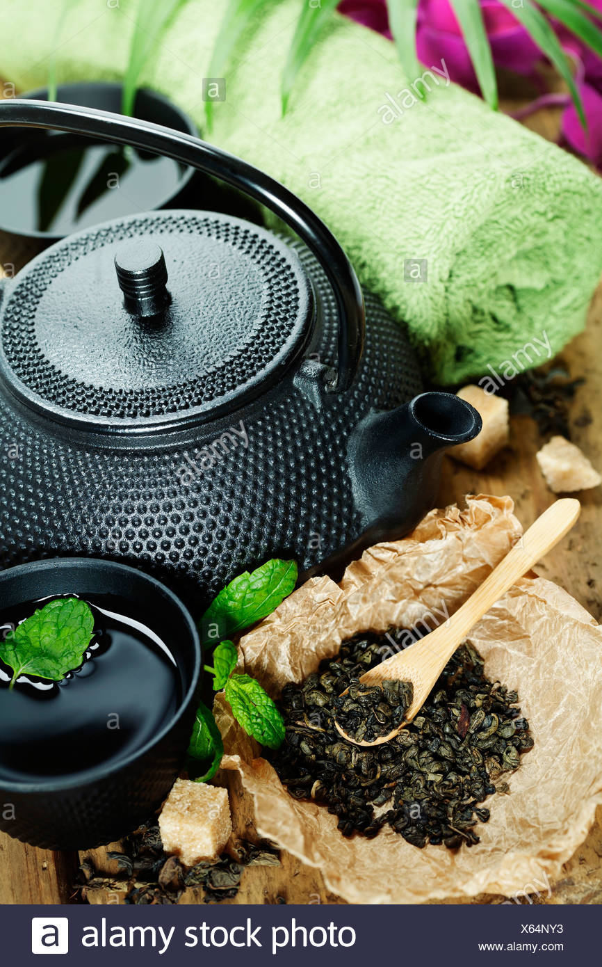 asiatische Tee-Set und Spa Einstellungen auf Holzbrett Stockbild