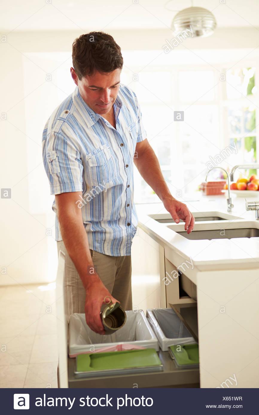 Verwertung von Küchenabfällen In Bin Mann Stockbild