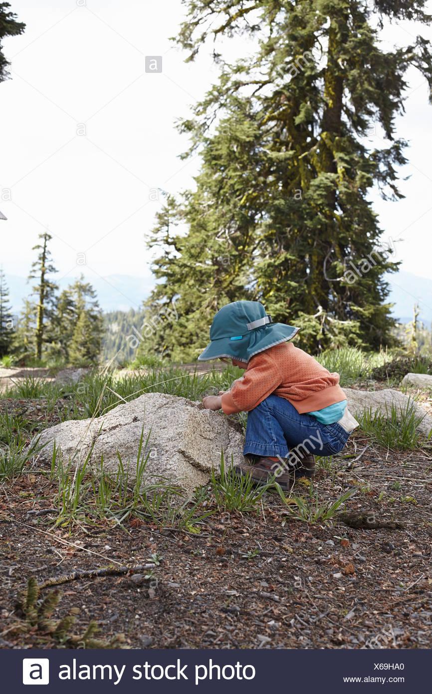 Kleinkind bis Blick auf Rock biegen Stockbild