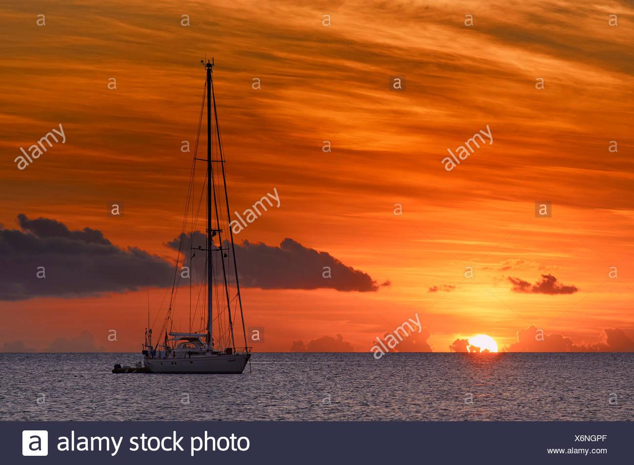 Segelboot im Sonnenuntergang, St. Lucia, Grenadinen, Karibik, Saint Lucia Stockbild