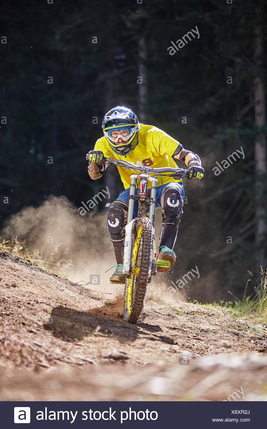Mountainbiker, downhill Biker Reiten eine downhill-Strecke, Mutterer Alm, Muttereralmpark, Mutters, Tirol, Österreich Stockbild