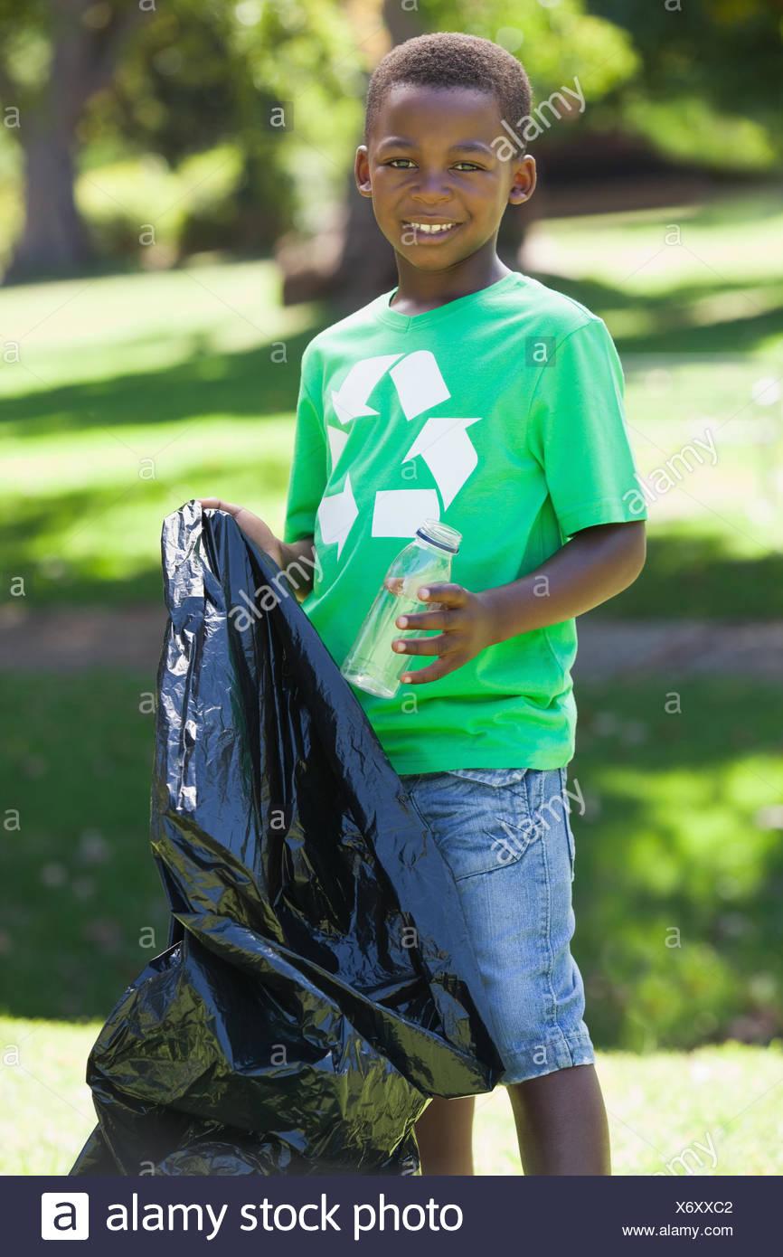 Kleiner Junge beim recycling Müll aufsammeln tshirt Stockbild