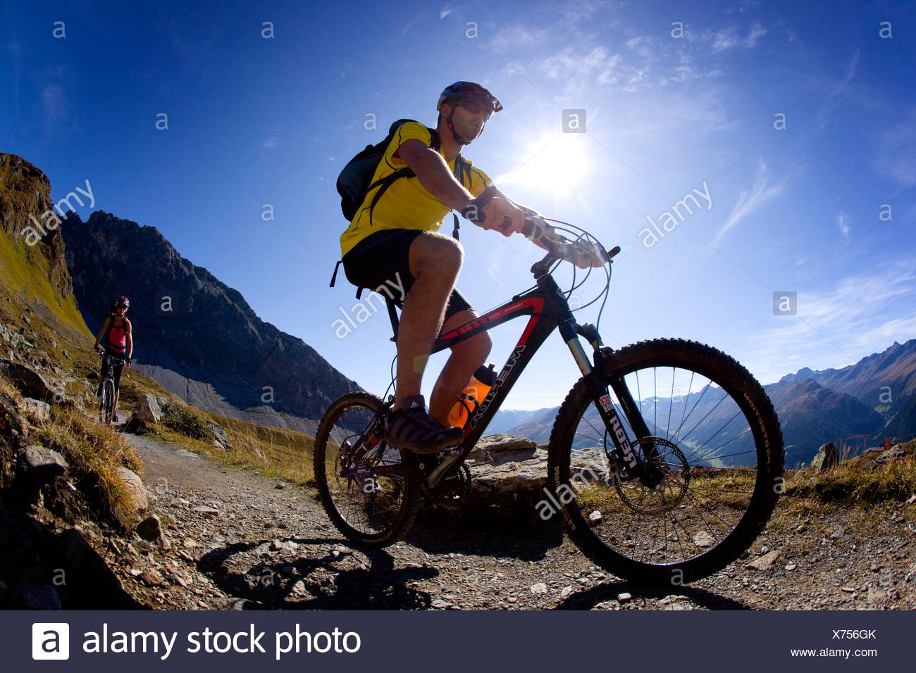 Schweiz Swiss Herbst Biken Biker fahren ein Fahrrad zwei paar paar Panoramaweg Strelapass Davos Berge Fahrrad Rad Stockbild