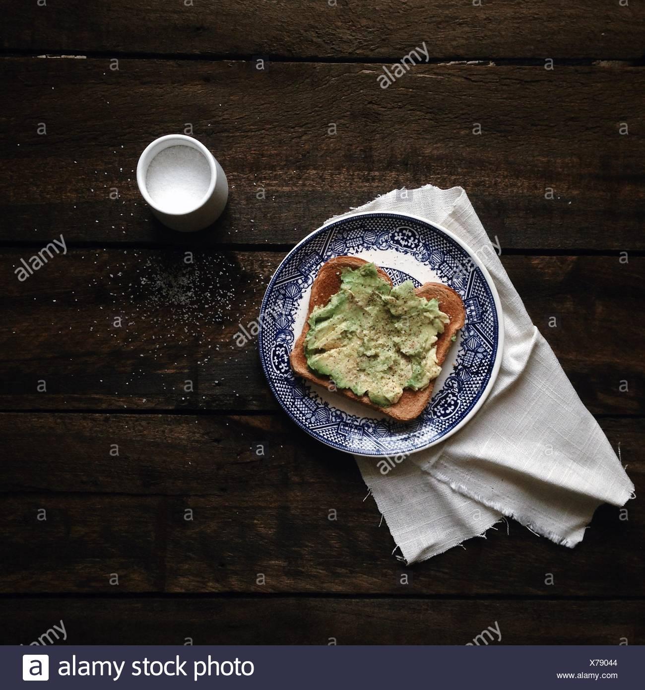 Avocado auf Toast mit Salz Stockbild