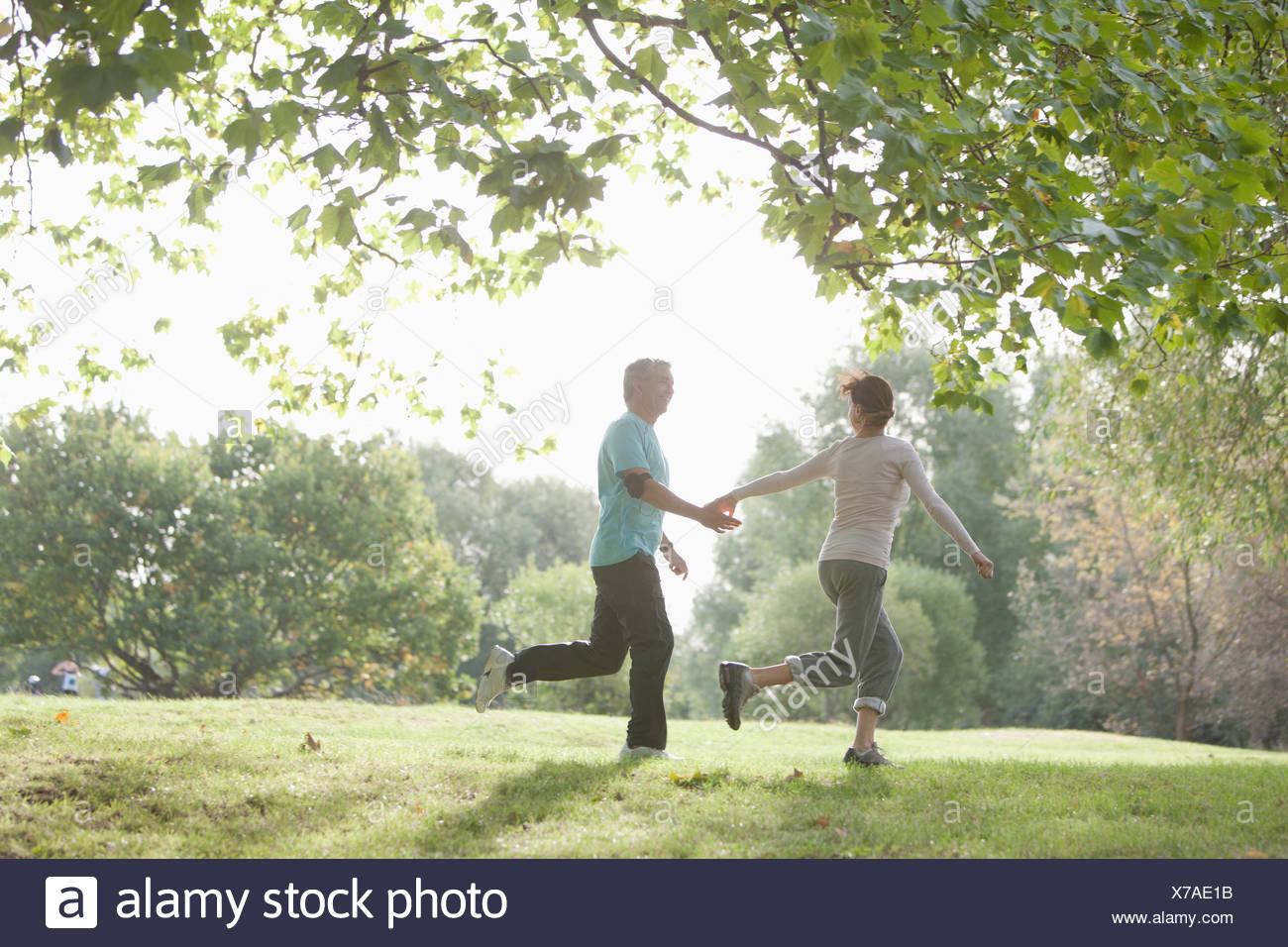 Paar jogging zusammen im freien Stockbild