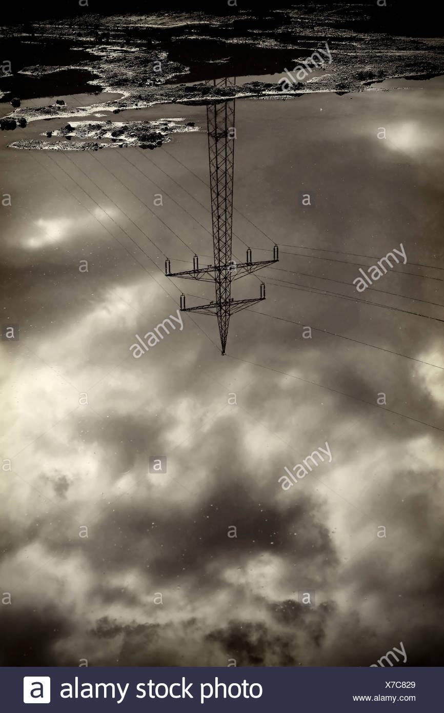 Macht Pylon in Wasseroberfläche reflektiert Stockbild
