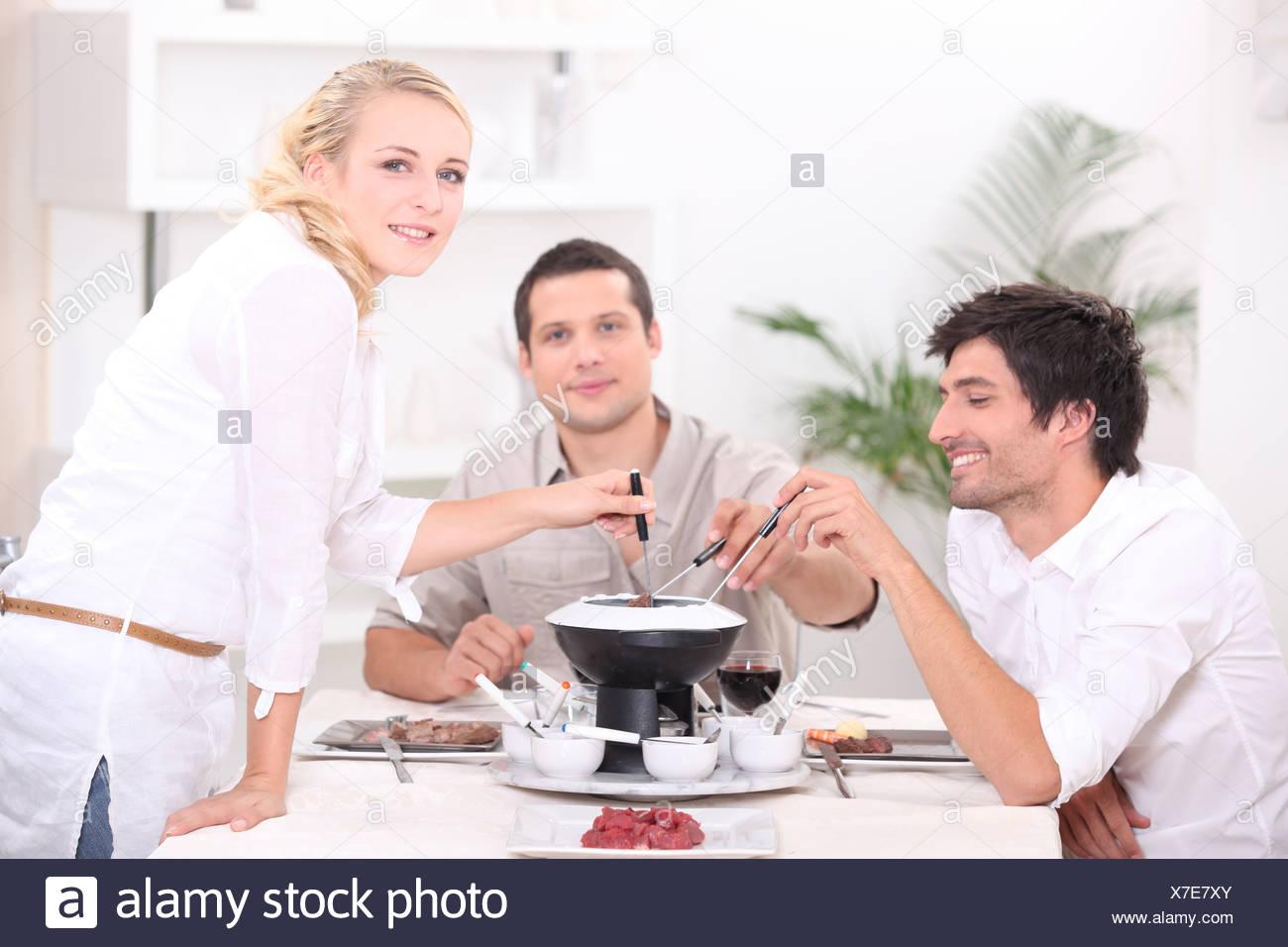Freunde am Tisch Stockbild