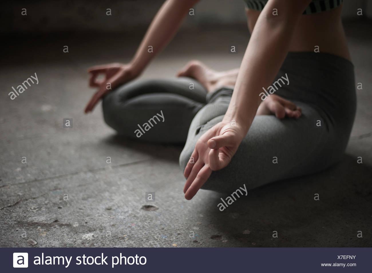 Frau üben Lotus Pose im Yoga-Studio, München, Bayern, Deutschland Stockbild