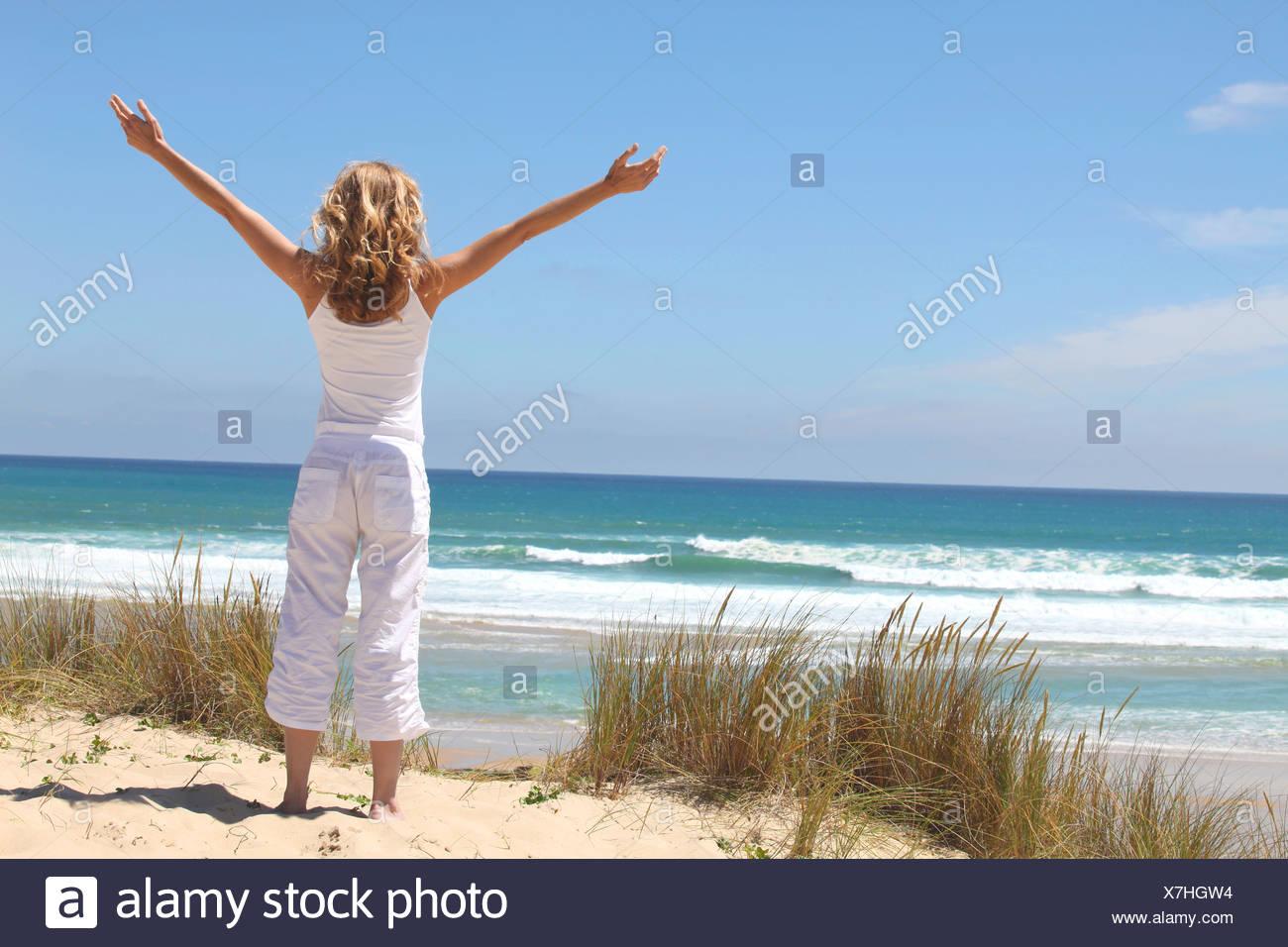 Frau am Strand zu atmen Stockbild