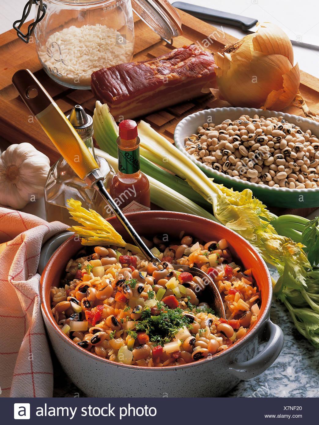 Hopping John, preiswerte Spezialität aus dem Süden der Vereinigten Staaten, mit Auberginen und Speck, gekocht mit Zwiebeln Stockbild